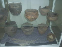 Аркаим во время раскопок; керамика бронзового века (находки Аркаима)
